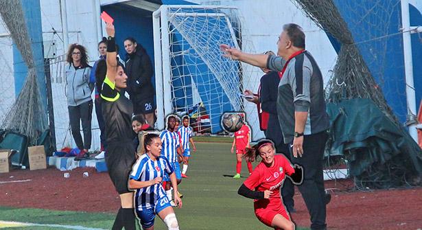 Golsüz Ataşehir Konak Kadınlar Futbol Maçında 2 Kırmızı Kart