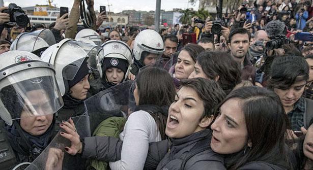 Kadıköy'de Dans Etmek İçin Toplanan Kadınlara Polis Müdahalesi