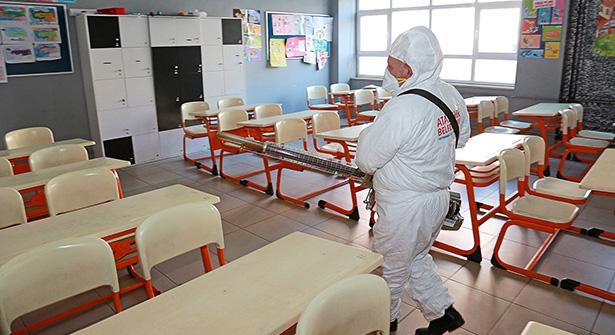 Ataşehir'de Okullar Mikrop ve Virüslere Karşı İlaçlanıyor